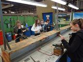 Mädchen an einer Metallwerkbank